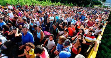 Para muchos venezolanos, el alivio está justo al otro lado de este puente fronterizo