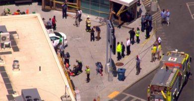 Un taxi embiste a una multitud en Boston y deja al menos 10 heridos