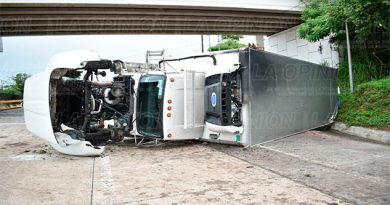 Vuelca camión propiedad de OXXO en la carretera Tuxpan-Poza Rica