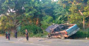 La camioneta quedó completamente destrozada en la carretera.