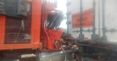Camión se impacta contra trailer1