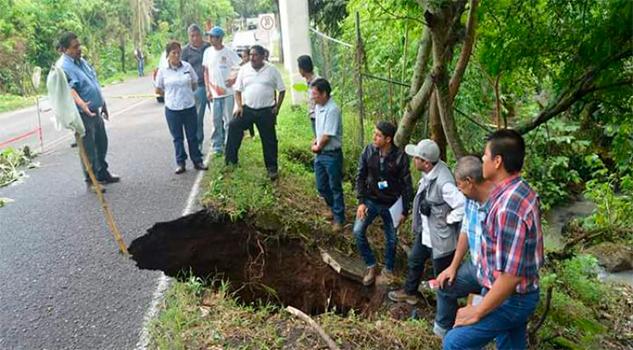 Nuevo socavón en carretera Xalapa-Naolinco; paso provisional de derrumba