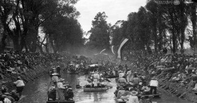 Trajineras en un canal de Xochimilco