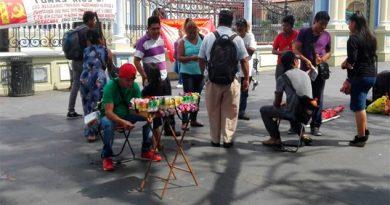Violando el reglamento, ambulantes venden en parque central de Córdoba