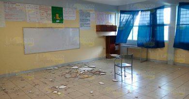 ¡Cae plafón sobre alumnos!