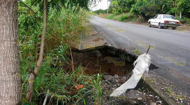 Aparece socavón en la carretera estatal Puerta Siete-La Pedrera