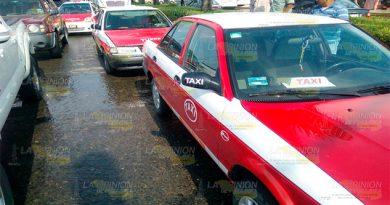 Dos taxis chocan en pleno entro