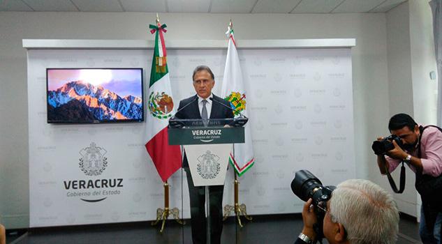 Miguel Ángel Yunes ofrece rueda de prensa referente a reportes de años en escuelas