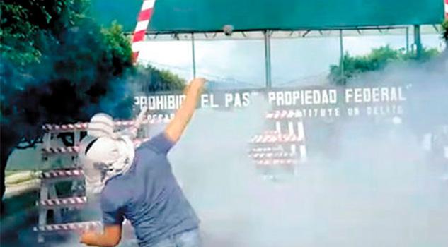 Normalistas Vandalizan Cuartel Militar Iguala
