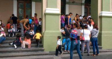 Padres de familia se manifiestan en Córdoba; piden supervisar planteles