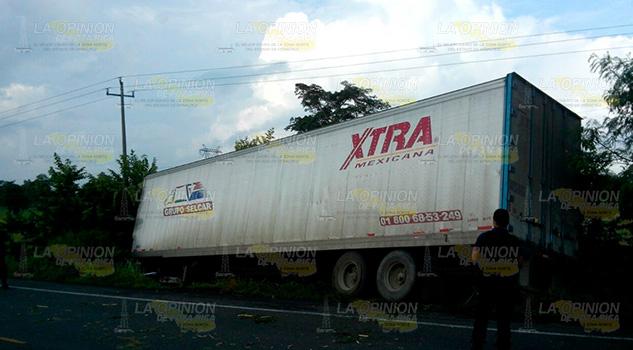 Se sale trailer de la carretera federal Álamo-Potrero de Llano