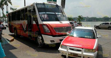Taxi impacta a autobús