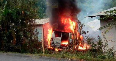 Una camioneta que transportaba gasolina15