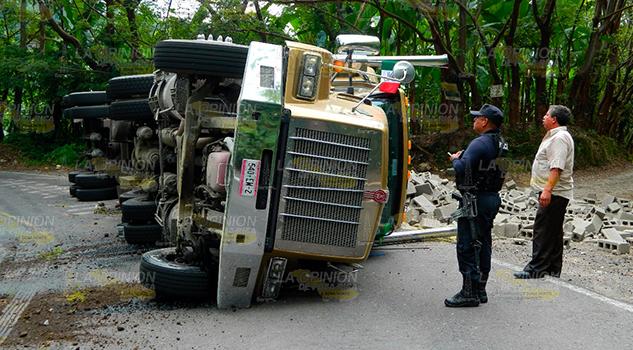 Vuelca trailer con cargamento de block1