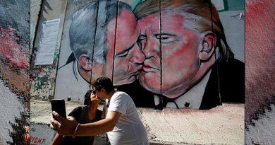 El beso en el muro1