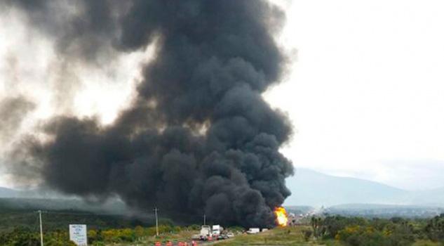 Pipa Pierde Control Impacta Vehículos Explota Oaxaca