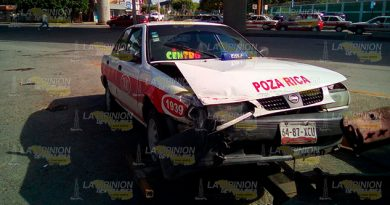 Taxi Embiste Tiida Intentar Ganar Paso