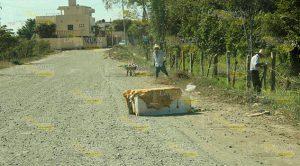 los propietarios de los predios que se niegan a otorgar permisos para que la vía cruce sus terrenos.