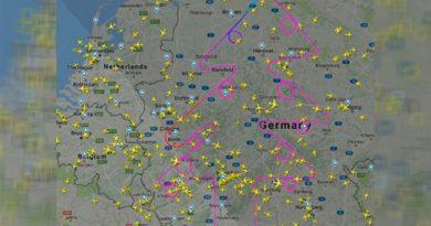 Árbol Navideño Altura Dibuja Avión Cielo Alemán