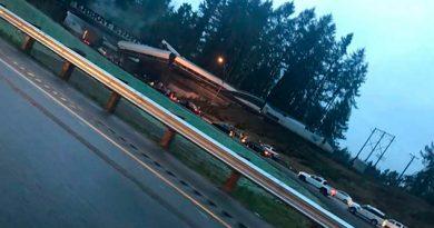 Tren Descarrila Cae Autopista E.U. Muertos