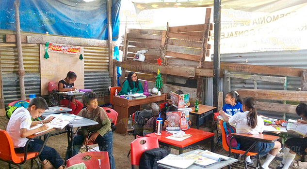 Estudian en una galera de madera