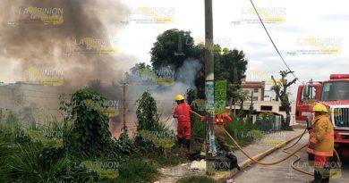 Vecinos de la calle Azcapotzalco reportaron un incendio de basura en un lote baldío, evento que amenazó sus viviendas e integridad física.Las llamas