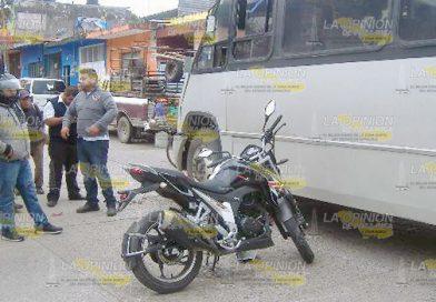 Motociclista se estrella contra microbús
