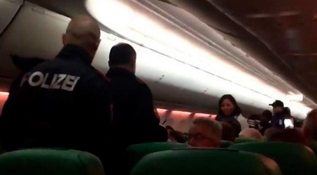 Aterrizan Emergencia Pasajero Flatulento