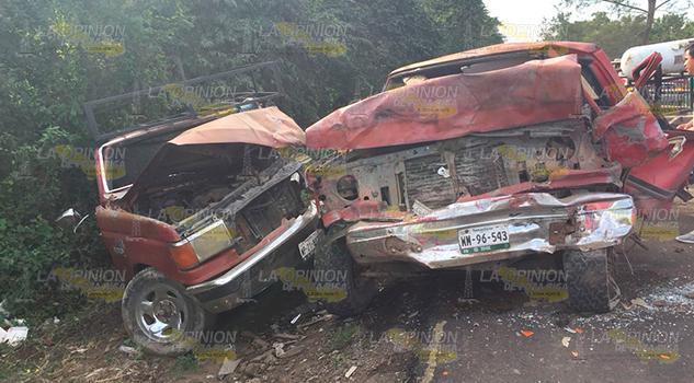 Destrozan Dos Camionetas