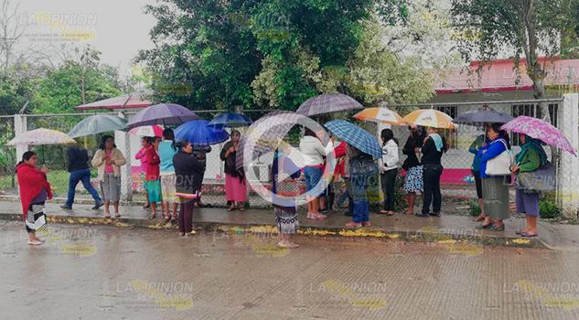 Un grupo de mujeres se manifestaron la mañana de este martes en la comunidad El Tajín, debido a que se han venido