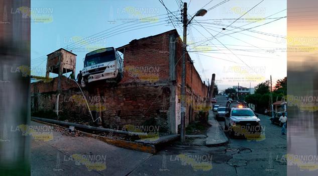 Autobús Impacta Contra Barda Dentro Taller Mecánico