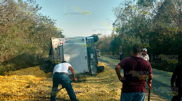 Vuelca Camión Cargado Bagazo Naranja