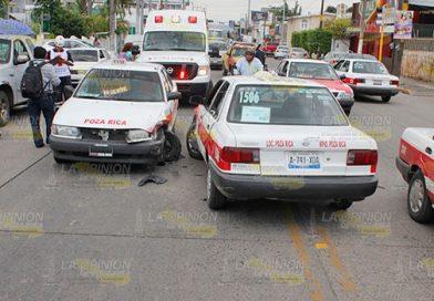 Cuatro lesionados en choque de taxis
