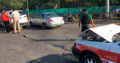 Accidente Taxi Camioneta Avenida Petromex