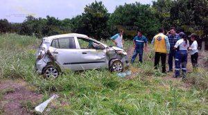 Auto Vuelca Tres Veces Sobre Carretera