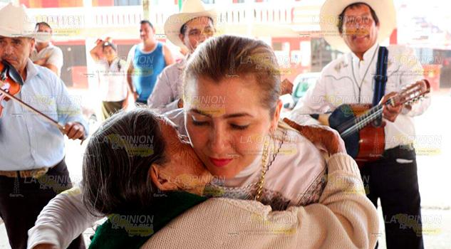 Habitantes Naupan Reciben Calidez Paty Valencia