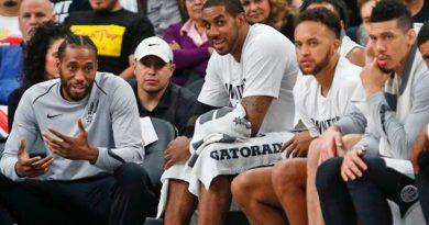 Fans Spurs Queman Jersey Kawhi Leonard
