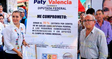 Paty Valencia firma compromisos de campaña ante notario público