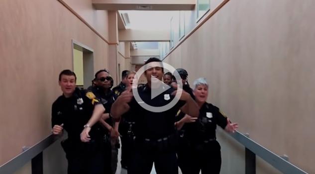 """Departamento de policía acepta reto y causa furor con """"Uptown Funk"""""""