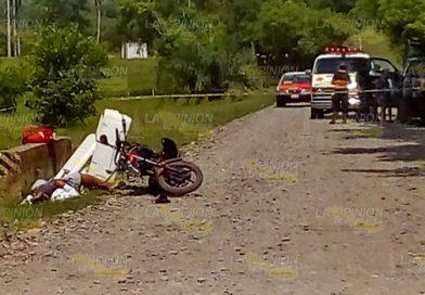 Ejecutan a mototortillero de al menos un disparo por arma de fuego