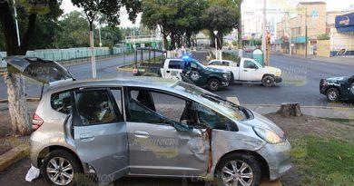 Choca y abandona su auto en medio del bulevar en Poza Rica