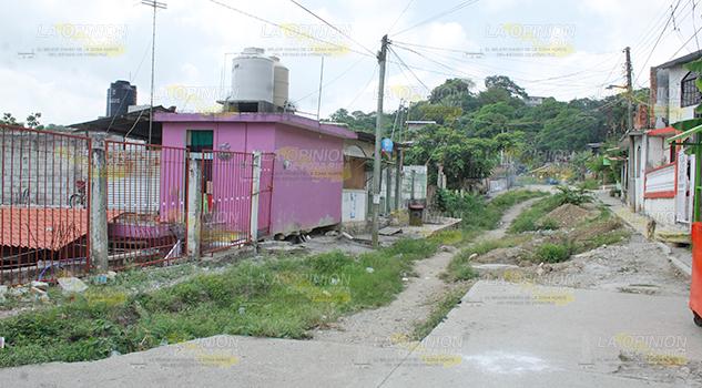 Desplazamientos de tierra, alarman a habitantes que temen hundimientos de sus viviendas continúen