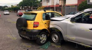 Camioneta Embiste Auto Compacto Dos Personas Lesionadas
