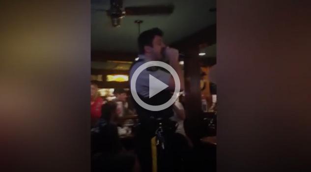 Canto en el nombre de la ley, policía se adueña de Karaoke