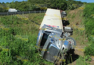 Tracto camión al barranco, en la Tuxpan-Totomoxtle
