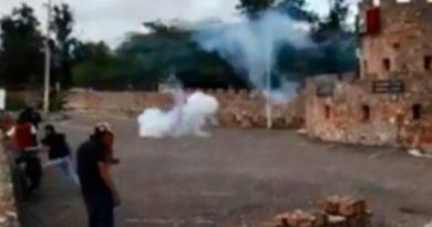 Normalistas atacan sede militar en Guerrero