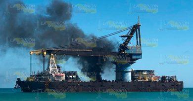 Se Incendia Barcaza Costa Campeche