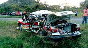 Tráiler Destroza Taxi 1 Muerto 4 Heridos Cerro Azul Naranjos