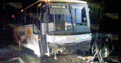 Autobus se estrella contra mini auto