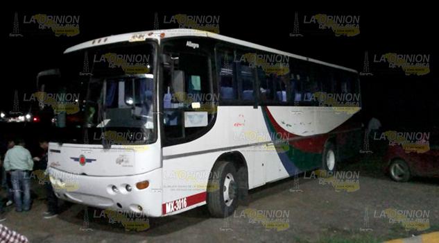 Balean a niña en asalto a autobús en El Ramal